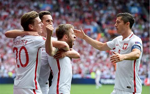 Polonia-vence-5-4-por-penales-a-Suiza-y-avanza-a-cuartos-de-final