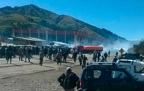 Policia-interviene-bloqueo-en-Colomi-y-despeja-ruta-Cochabamba-Santa-Cruz