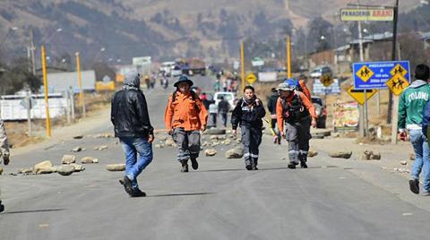 Pobladores-de-Colomi-despejan-la-carretera-y-esperan-el-dialogo