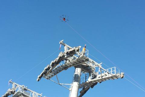 Inicia-el-tendido-del-cable-de-la-linea-blanca-del-teleferico-con-la-ayuda-de-un-dron