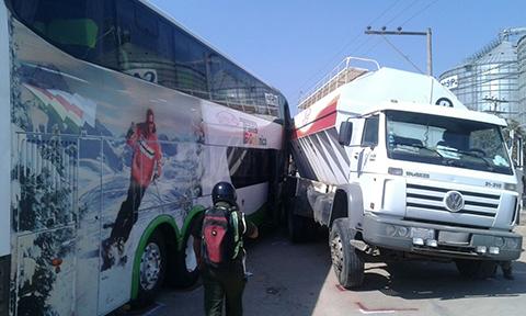 Cuatro-heridos-deja-una-colision-entre-un-camion-y-una-flota-en-ruta-a-Cotoca