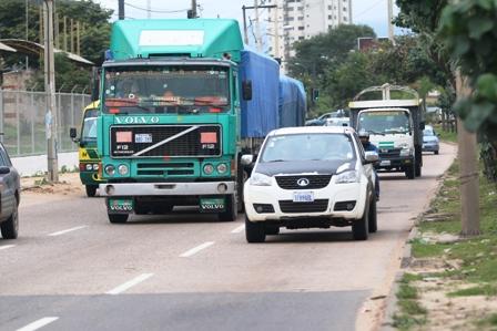 Vehiculos-pesados-generan-caos-sobre-el-4to-anillo
