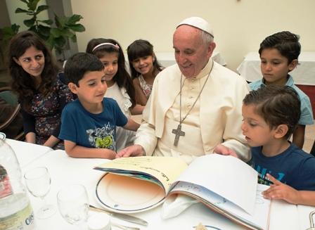 El-Papa-almuerza-con-21-refugiados-sirios