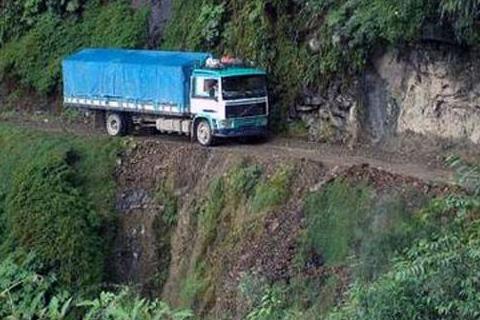 Un-muerto-y-dos-heridos,-saldo-de-accidente-en-la-carretera-La-Paz-Yungas-
