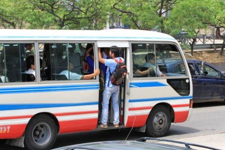 Micros-viajan-con-la-puerta-abierta-y-exceso-de-pasajeros