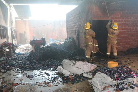 Fuego-consume-una-Fabrica-de-Colchones-en-el-Plan-3000