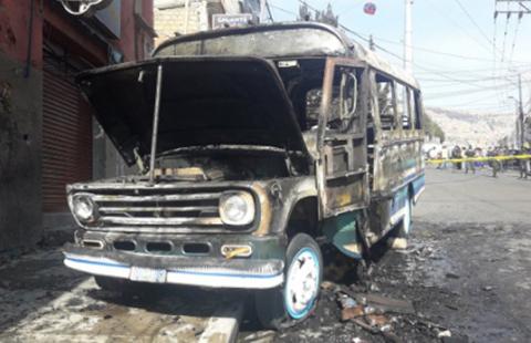 Micro-se-incendia-en-via-publica-y-afecta-a-dos-viviendas