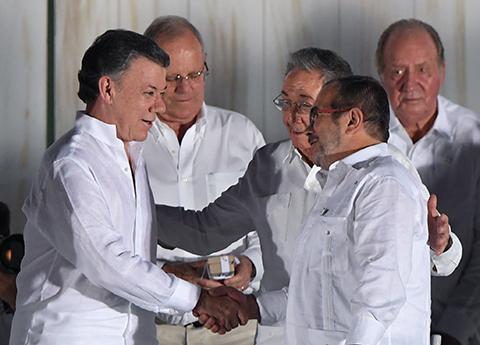 Colombia:-Gobierno-y-guerrilla-FARC-firman-paz-tras-52-anos-de-guerra