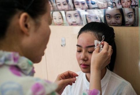 En-Hong-Kong-moldean-las-cejas-para-cambiar-la-suerte