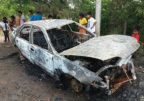 Supuestos-ladrones-incendian-un-vehiculo-en-la-Avenida-Arroyito