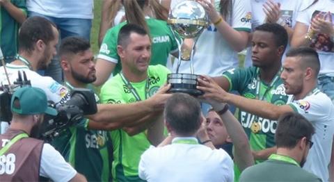 Los-tres-sobrevivientes-del-Chapecoense-alzan-la-Copa-Sudamericana