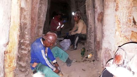 Rescatan-a-los-14-mineros-atrapados-en-un-socavon