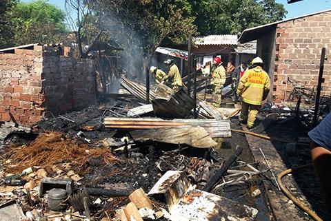 Reportan-incendio-de-una-vivienda-en-el-barrio-Los-Sauces