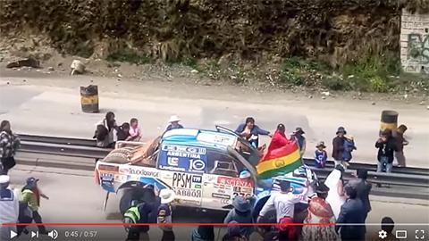 Pareja-de-recien-casado-reciben-a-pilotos-del-Dakar2017