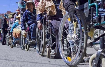 Personas-con-discapacidad-observan-pago-de-bono