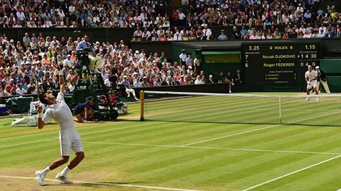 Djokovic-y-Federer-protagonizan-el-video-viral-sobre-la-nueva-regla-en-el-Tenis
