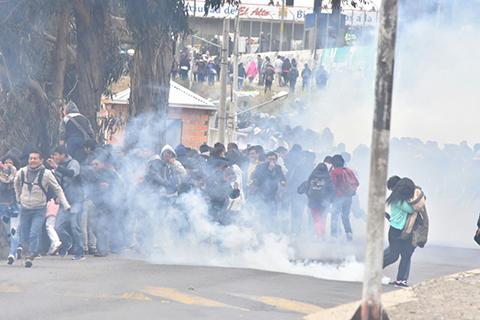Estudiantes-de-UPEA-radicalizan-sus-protestas-y-policias-gasifican-a-manifestantes