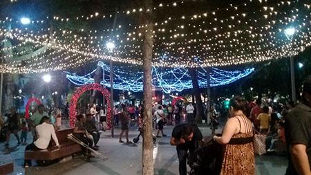 Las-luces-navidenas-fueron-encendidas-en-el-principal-paseo-de-la-ciudad