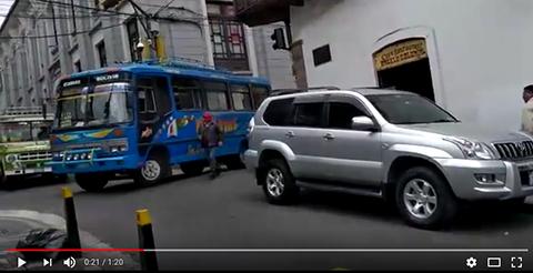 Video:-Chofer-maniobra-en-calles-angostas-por-vehiculo-mal-estacionado