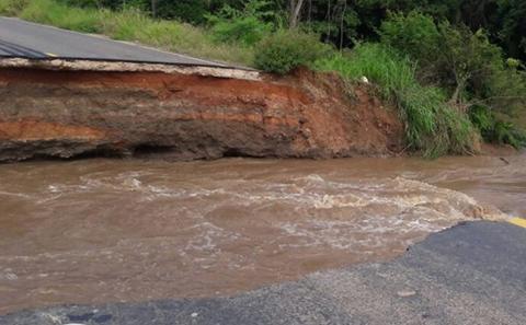 Cierran-via-Santa-Cruz---Trinidad-por-colapso-de-alcantarilla-en-el-tramo-Surucusi