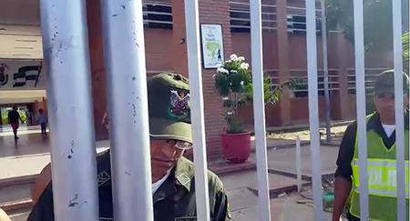 Policia-impide-a-vecinos-ingresar-y-fiscalizar-el-conteo-de-votos