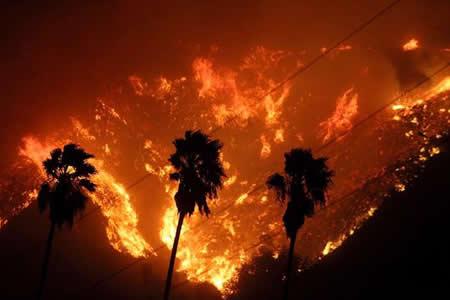 California:-Un-incendio-fuera-de-control-obliga-a-realizar-miles-de-evacuaciones