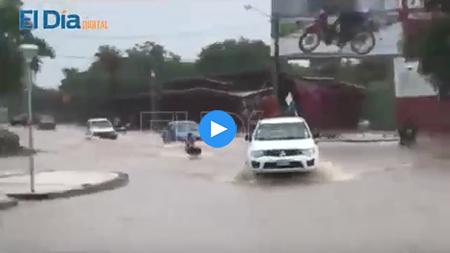 Un-nino-esquia-por-las-calles-inundadas-de-Trinidad