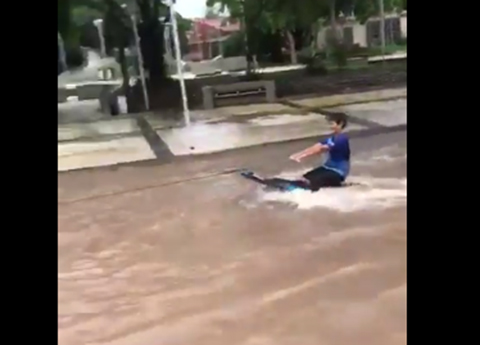 VIDEO:-Nino-que-esquia-por-calles-inundadas-de-Trinidad-se-hizo-viral