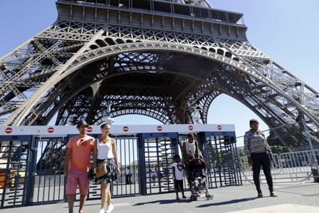 Muro-de-cristal-antibalas-en-Torre-Eiffel-