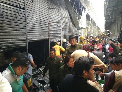 Incendio-destruye-45-puestos-de-venta-en-un-mercado-de-Cochabamba