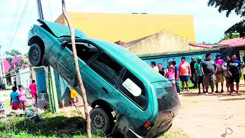 Un-vehiculo-acaba-trepado-en-un-poste-de-luz-en-El-Gallito,-zona-Plan-Tres-Mil