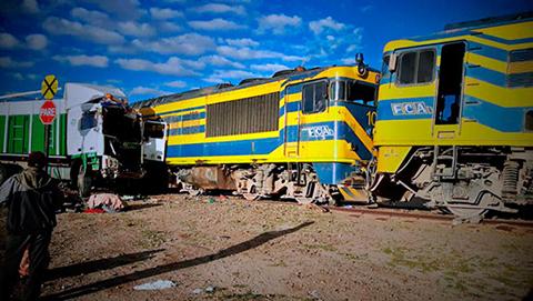 Un-camion-colisiona-contra-el-tren-Wara-Wara-en-Challapata