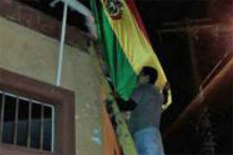 Bandera-boliviana-izada-en-Antofagasta-estaba-en-predio-consular,-segun-registro-de-bienes