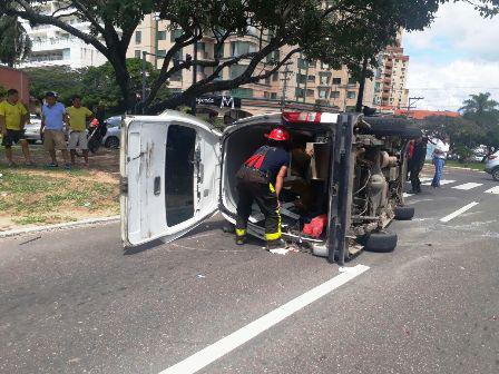 Ambulancia-vuelca-llevando-a-un-herido
