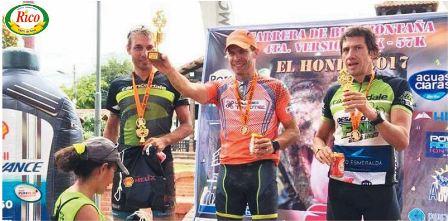 Bernardo-Straube-sube-al-podio