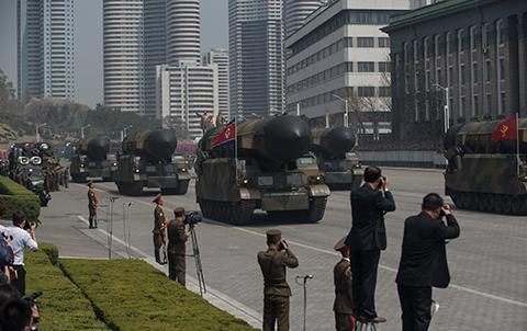 Corea-del-Norte-muestra-misiles-y-otras-armas-en-desfile-militar