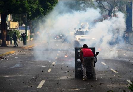 Oposicion-resiste-en-las-calles-pese-a-las-8-muertes