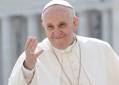 Papa-condecora-a-boliviano-por-traducir-al-aymara-14-libros-liturgicos