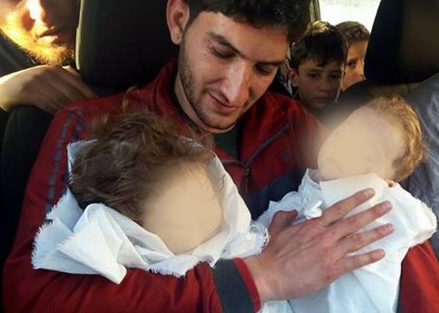 Tras-mortal-ataque-quimico-en-Siria-un-hombre-se-despide-de-sus-hijos-fallecidos