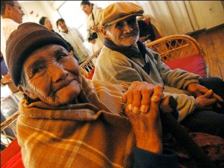 Adultos-mayores-con-desventaja-economica-