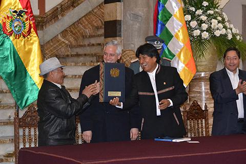Morales-promulga-ley-que-incrementa-en-Bs-50-la-Renta-Dignidad