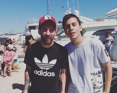 La-foto-de-Messi-que-se-hizo-viral-por-el-raro-aspecto-de-su-rodilla
