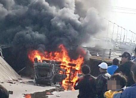Dos-vehiculos-caen-al-canal-de-drenaje-y-uno-de-ellos-se-incendia
