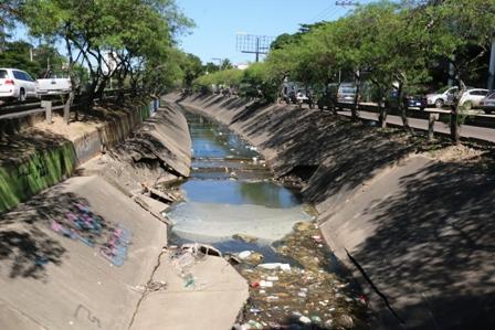 Canal-de-drenaje-en-malas-condiciones