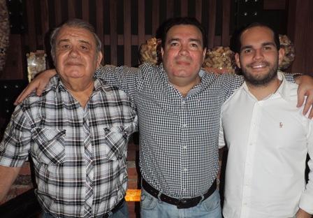 Jorge-Aguilera-festeja-rodeado-de-sus-amigos