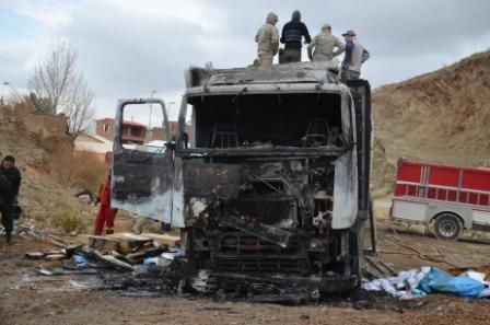 Queman-camion-que-llevaba-contrabando-