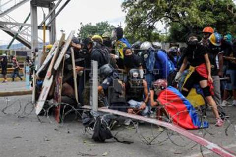 Militares-bloquean-marcha-con-gases-lacrimogenos
