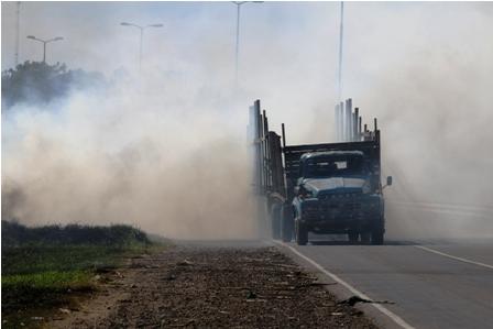 Incendio-de-pastizales-anula-visibilidad-en-la-carretera