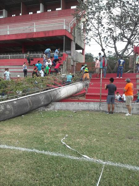 Nino-muere-aplastado-al-caer-una-estructura-en-el-estadio-de-Real-Santa-Cruz