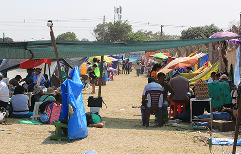 Comerciantes-se-asientan-por-segundo-dia-en-el-camellon-adyacente-al-nuevo-mercado